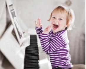 Criança Feliz no Piano